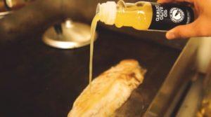 ガーリックオリーブオイルを使って白味魚のソテーを調理
