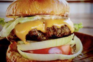 久米島産牛肉100%使用のハンバーガー