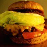 ご当地『KUMEJIMAバーガー』久米島産牛肉100%使用のふわふわパティ。